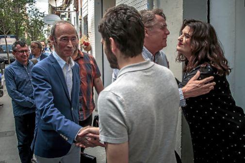 Los negociadores se saludan antes de uno de sus interminables encuentros.