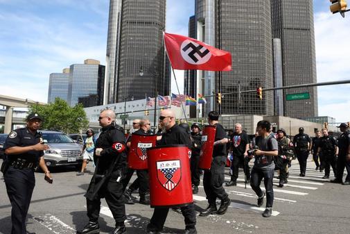 Miembros del Movimiento Nacional Socialista, un grupo neonazi, irrumpe...