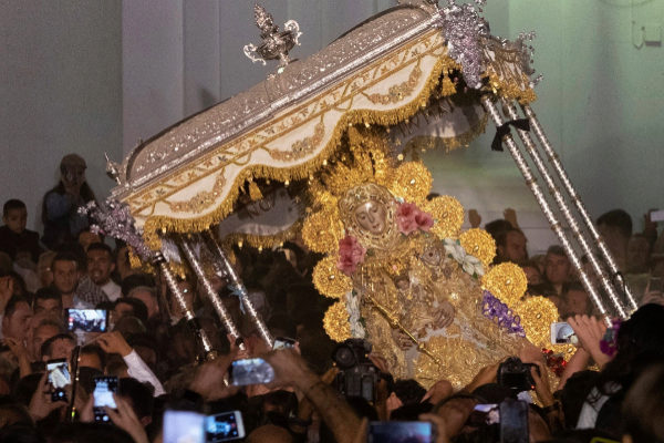 La Virgen del Rocío tras el tradicional salto de la reja