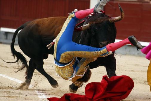 El diestro Pepe Román sufre una cornada en la Plaza de las Ventas, en la Feria de San Isidro, en Madrid