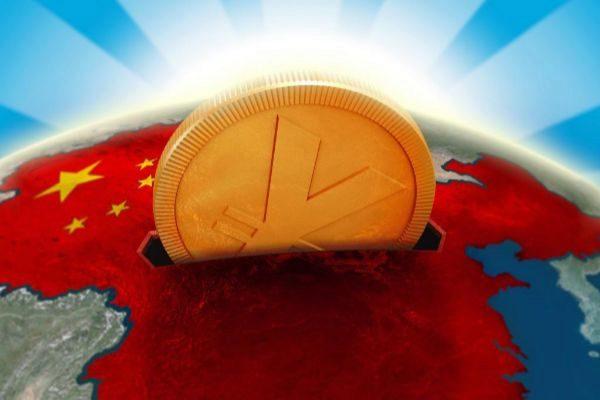 Un Yuan, moneda china, en una hucha en forma de mapa mundi.