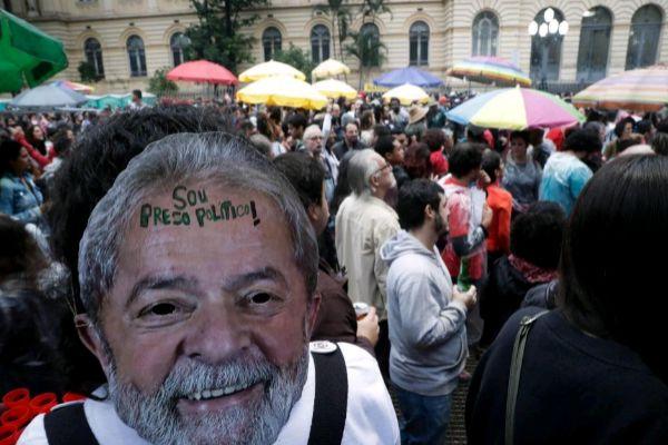 AME9385. SAO PAULO (BRASIL).- Un grupo de artistas se concentra este domingo en una céntrica plaza de Sao Paulo (Brasil) para cantar por la libertad del expresidente Luiz Inácio <HIT>Lula</HIT> <HIT>da</HIT> <HIT>Silva</HIT>, en prisión desde abril de 2018 por corrupción.  Fernando Bizerra Jr