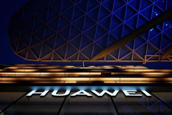 El logo de Huawei en un centro comercial de Shanghai.