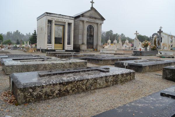 Los restos de Salazar están en una de estas ocho tumbas idénticas de la familia en el cementerio de Vimieiro.