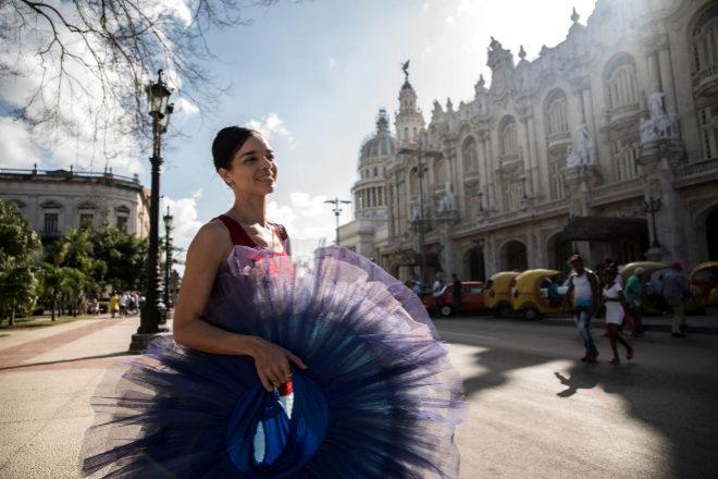 La primera bailarina del Ballet Nacional de Cuba, Viengsay Valdés, posa junto al Gran Teatro de La Habana.