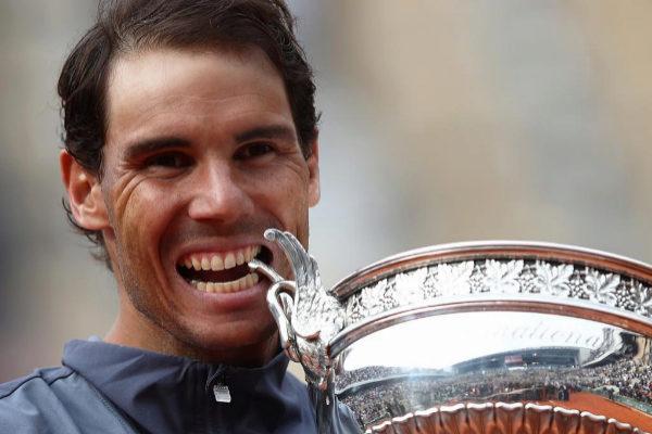 Rafa Nadal muerde la Copa de Roland Garros.