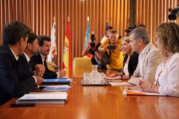 Primera reunión entre los equipos del PP y de Cs para hablar del Ayuntamiento y la Diputación de Alicante, este lunes en la sala de juntas del consistorio.