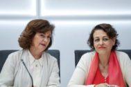 La ministra de Trabajo, Magdalenva Valerio (derecha), ayer junto a la vicepresidenta del Gobierno, Carmen Calvo.