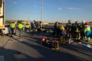 Policías y bomberos intervienen tras el accidente.