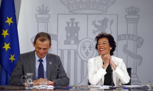 Los ministros en funciones de Universidades y Educación, Pedro Duque e Isabel Celaá.