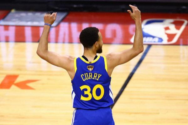 Stephen Curry, de Golden State Warriors, en un lance del juego.
