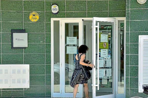 Una paciente entra en un centro de salud de Mallorca.