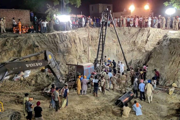 Operativo de rescate del niño caído en un pozo en el distrito indio de Sangrur.