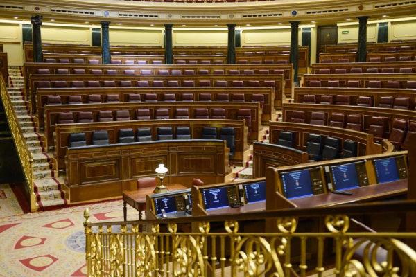 Vista general del Hemiciclo del Congreso, con los escaños vacíos.