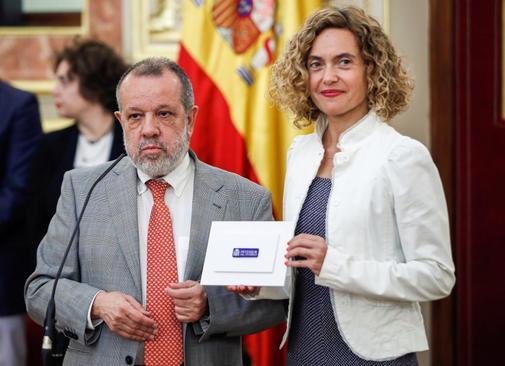 Fernández Marugán entrega a la presidenta del Congreso, Meritxell Batet, el informe anual de su institución.