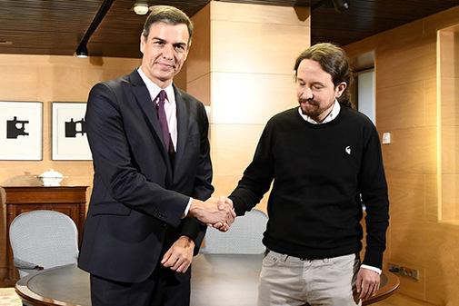 Pedro Sánchez y Pablo Iglesias se saludan antes de su reunión de este martes en el Congreso.