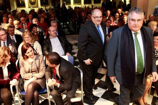 Enric Esteve (de pie a la derecha), durante un acto de Lo Rat Penat.