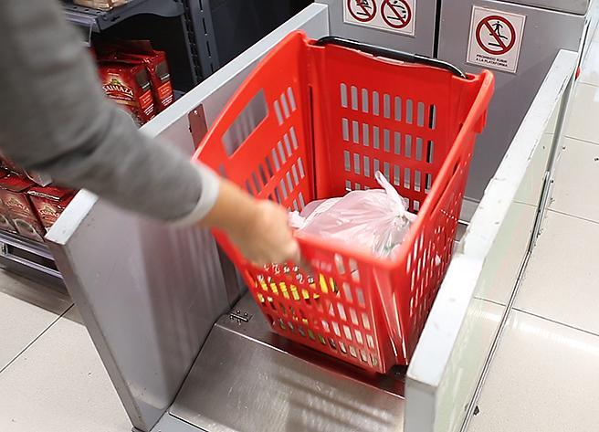 Sube cestas en un supermercado de Granada