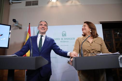 El consejero portavoz, Elías Bendodo, junto a la consejera de Agricultura, Carmen Crespo, este martes tras el Consejo de Gobierno.