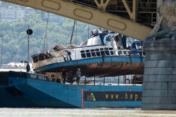 Una grúa recupera los restos del barco naufragado en el río Danubio.
