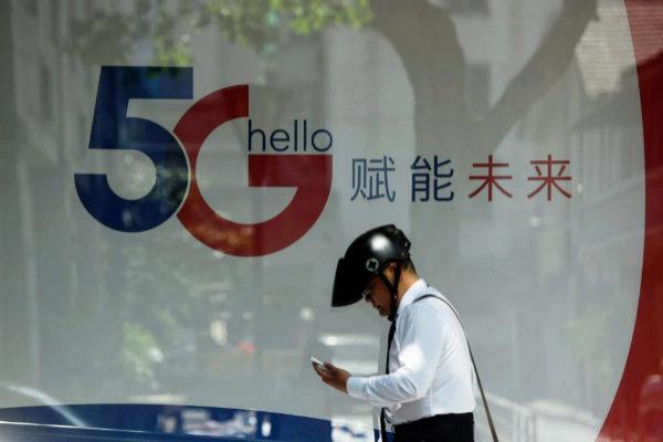 Un hombre consulta su teléfono móvil en Hangzhou (China).
