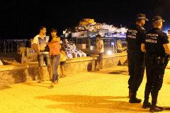 Dos agentes de la Policía Local de Peñíscola patrullan por el paseo marítimo.