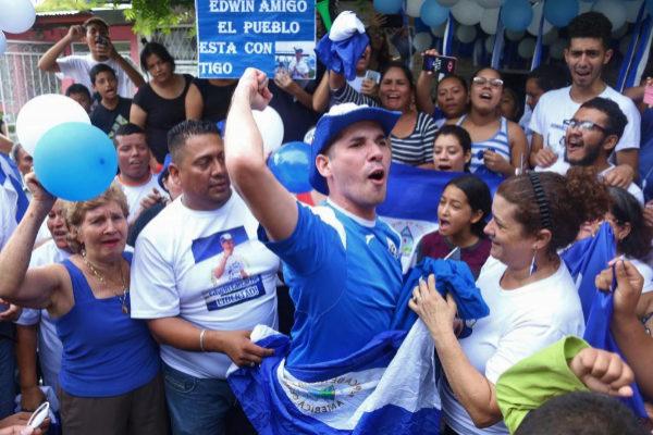 Edwin Carcache celebra, junto a sus padres, su liberación, en Managua.