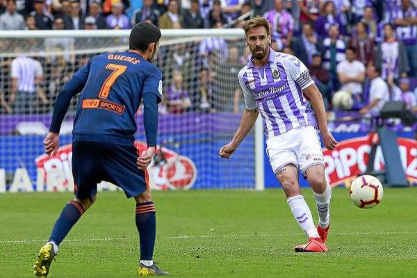 Borja, uno de los investigados, centra el balón en el Valladolid-Valencia