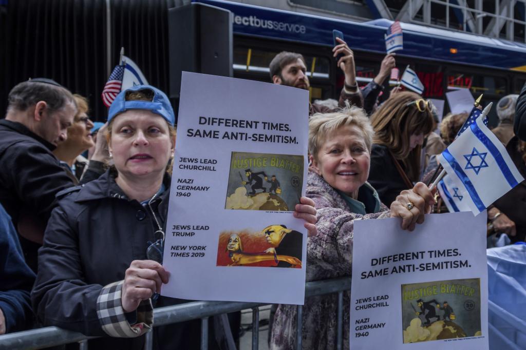 Un grupo de personas de organizaciones judías protesta en la puerta del 'New York Times' por la publicación de la caricatura.