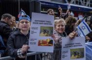 Protestas de organizaciones judías ante la sede del New York Times.