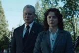 Boris Shcherbina (Stellan Skarsgård) y Ulana Khomyuk (Emily Watson) en Chernobyl, serie histórica de HBO que tiene partes de ficción
