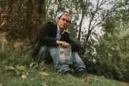El periodista y escritor Carlos Fresneda, con el libro.