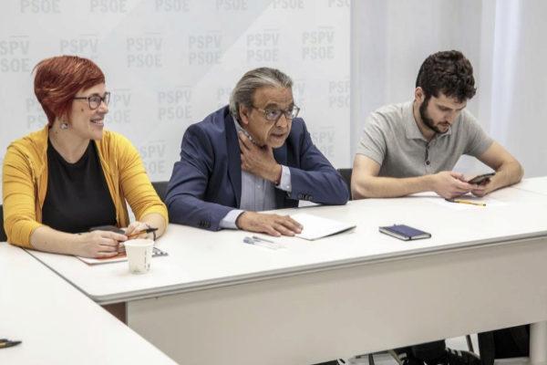 La secretaria general del Bloc, Àgueda Micó, el socialista Manuel Mata y Antonio Estañ, en la sede del PSPV.