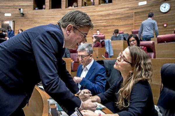 La consellera Cebrián, con el presidente Puig en las Cortes.