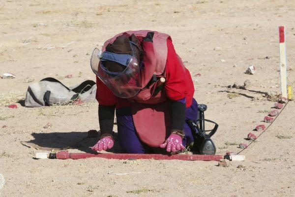 Maniobras de desminado en <HIT>Sáhara</HIT>. Minas