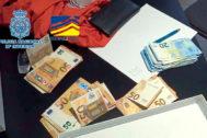 Varios fajos de billetes de 50 y de 20 euros incautados en los registros