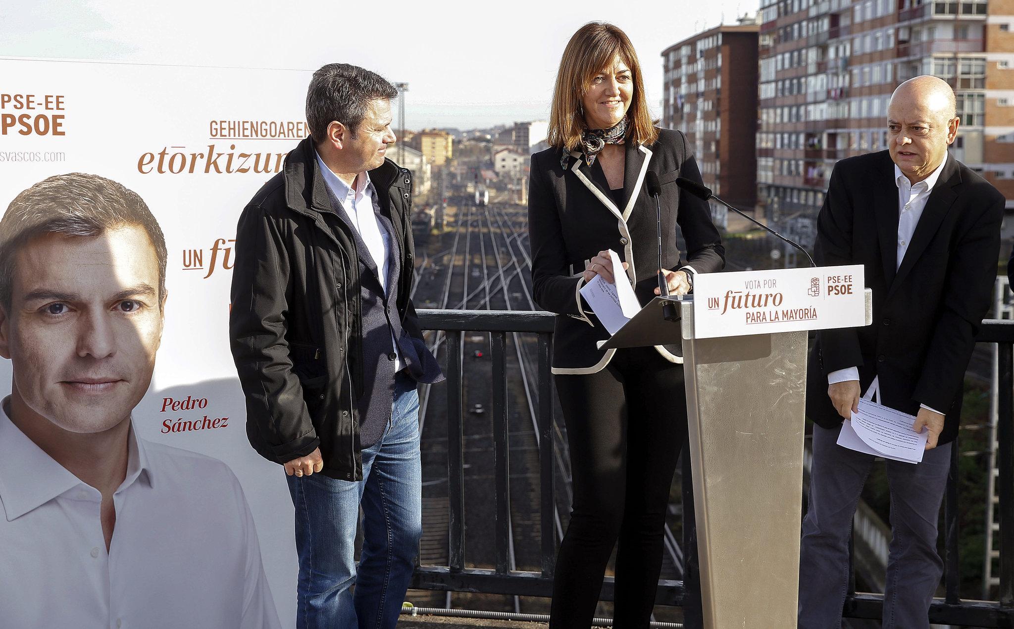 Idoia Mendia junto al alcalde de Irun José Antonio Santano y el diputado Odón Elorza.