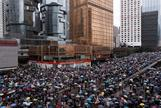 Manifestantes ocupan una calzada en el centro de Hong Kong en contra del proyecto de extradición.