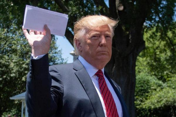 El presidente de EEUU, Donald Trump, muestra el papel que contiene el acuerdo firmado con México.