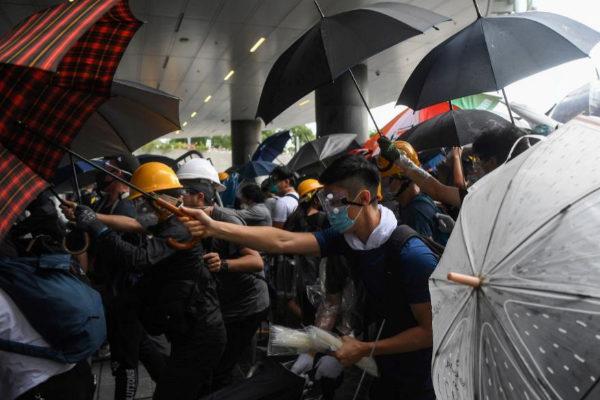 Enfrentamientos entre manifestantes y policías en Hong Kong.