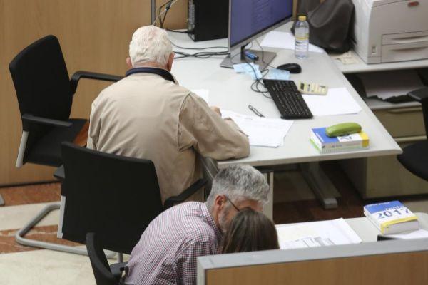 Varias personas realizan la declaración de la Renta en las oficinas de Hacienda