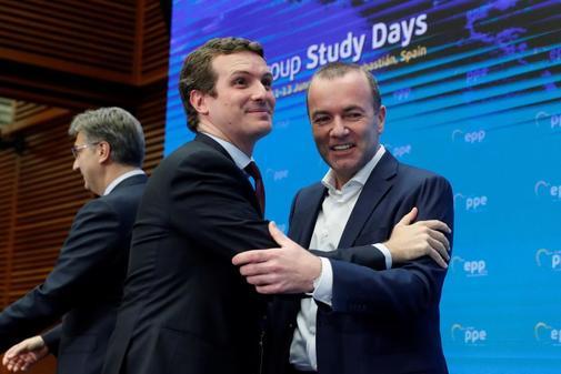 Pablo Casado, con el presidente del PP Europeo, Manfred Weber, este miércoles en San Sebastián.