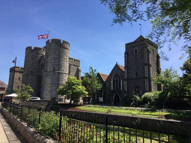 La Westgate Towers, antigua entrada a la ciudad, junto al edificio del Ayuntamiento en Canterbury.