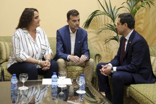 Los portavoces de Adelante, Ángela Aguilera y Antonio Maíllo, durante un encuentro con el presidente de la Junta en San Telmo.
