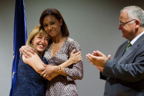Las ex conselleras Trini Miró y Dolores Johnson, en el intercambio de carteras en 2011.