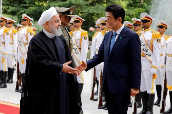 ABD3. TEHERÁN (IRÁN).- El presidente iraní Hassan Rouhani (i) recibe al primer ministro japonés, <HIT>Shinzo</HIT> <HIT>Abe</HIT> (d), en el complejo Saad Abad, este miércoles en Teherán, Irán. <HIT>Abe</HIT> visita hoy la capital iraní para rebajar la tensión entre ambos países y contribuir a la paz y estabilidad en la región.
