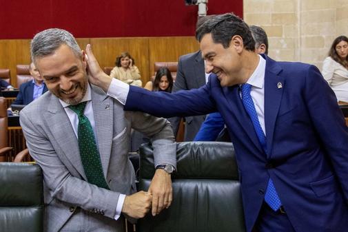 El presidente de la Junta, Juanma Moreno, le hace un gesto afectuoso al consejero de Hacienda, Juan Bravo.