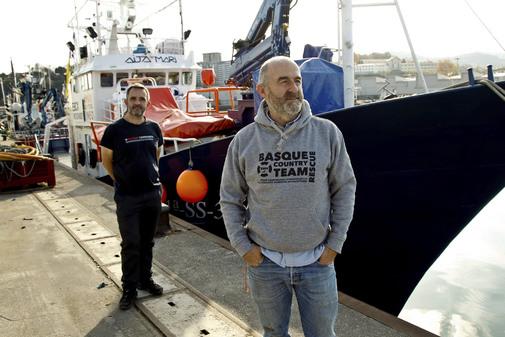 Dos tripulantes del buque de salvamento Aita Mari antes de zarpar desde Euskadi.
