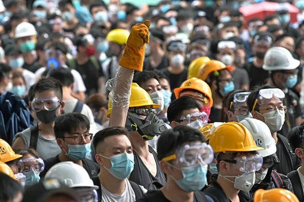 Los manifestantes ocupan la carretera cerca del Consejo Legislativo (Legco) y de la sede del Gobierno de Hong Kong.