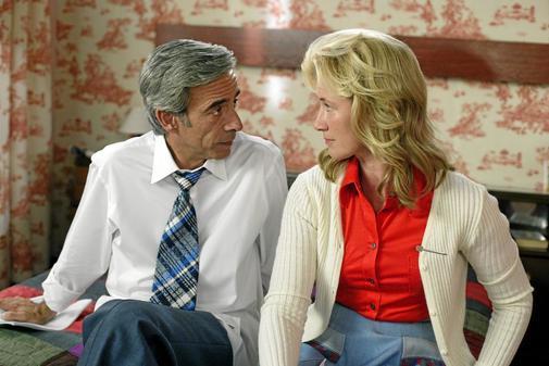 Imanol Arias y Ana Duato, en un episodio de la serie Cuéntame
